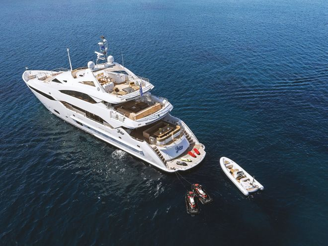 Sunseeker PATHOS - Anchored with tender
